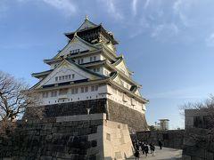 青空にバックに映える大阪城