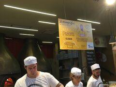 中央市場でランチを。ここはピザのお店、人気で行列ができていました。