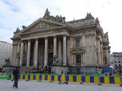 駅を出ると、旧証券取引所があります。まるで博物館のような建物。 広場は大規模な工事中でした。