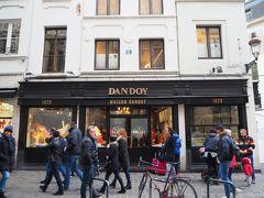 ベルギーに来たからにはワッフルを食べなくちゃ! ベルギーワッフルの有名店『メゾンダンドワ』へ。 テイクアウトもできますが、2階のティールームでゆっくりいただくことにしました。