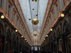 世界最古のアーケード、ギャルリーサンチュベールへ。 天井まで凝った作りの美しいアーケードです。