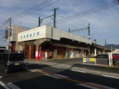 歩いて10分くらいで、筑豊直方駅に着いた。 このすぐ右方向に鉄橋があり、その高さの関係で高架駅になっている。