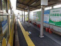 5つめの駅、楠橋駅。 この路線の車庫と営業所がある駅で、乗務員が交代。 すこし停車時間があった。