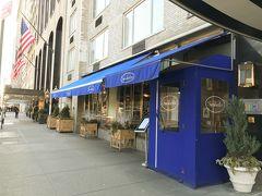 NYで最初の朝食をとるために向かった先はサラベス(セントラルパーク店)です。前もって前日にopen tableという予約サイトで席をとっておきました。ブルーの外装が目を引きます。