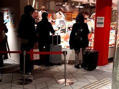 K氏は梅田界隈のホテル滞在のため、私は嫁からの指示で551にて餃子と肉まんとシュウマイを購入するため、ここでお別れしました。  K氏は大阪1泊して、明日の日曜日にとんぼ帰りされるそうです。  この度は、いろいろお世話になり、ありがとうございました!!