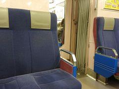 不安があるものの「体温計」を手荷物に忍ばせて、成田空港へ。 今回も乗り換えが楽なスカイアクセスで向かった。 ボックスシートがある車両は初めて。