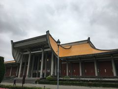 國父記念館。台湾の父とよばれる孫文の生誕100年を記念して建てられた。コロナの影響で入場前に検温とアルコール消毒。