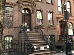 そしてキャリーの家の撮影場所へも行けました~!NYらしいこんなブラウンストーンスタイルのアパートメントに、いつか住んでみたいなあと妄想が膨らみました♬