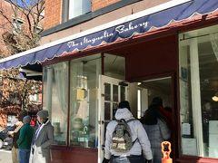 次に訪れたのは、カップケーキで有名なマグノリアベーカリー。キャリーの家のすぐ近くにあるこの小さなお店は、日曜日だったので観光客でごった返していました。