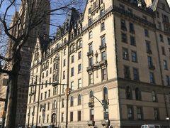 ジョンとヨーコの住んでいたダコタアパートが見えてきました。とても重厚な感じのアパートメントです。