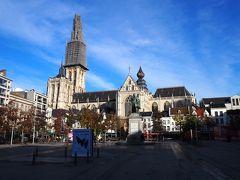 地上に上がりグルン広場へ。目的のアントワープ大聖堂を目の当たりにできます。鐘楼の上の方が工事中なのは残念。 歩き方だとフルン広場となっていますが、これはオランダ語読みですね。