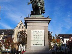 広場中央にはルーベンスの銅像。ルーベンスの事ようわかってるようで、全くわかっていないのでここで説明を。 17世紀のヨーロッパを代表する画家で、アントワープ(当時スペイン領)出身。バロック美術の画家として名声を博したと同時に、外交官としても活躍した富豪。 この位、覚えておけば大丈夫だと思います(何が?)。
