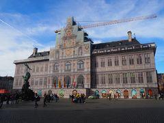 ノートルダム大聖堂のすぐそばにある市庁舎。 こちらも「ベルギーとフランスの鐘楼群」の1つとして世界遺産登録されている代物なんですが、現在修復作業中という事で建物の絵が正面に被されていました。