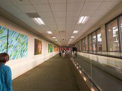 ホノルル空港   ホノルルは暑くも無く、朝方はちょっと寒いくらい  息子家族と出口で落ち合う。  カウチシ-トは最後部の為、機内から出てくるのが一番最後  となる為、