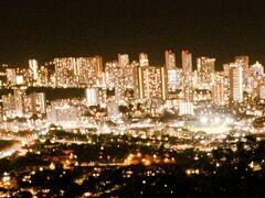 タンタラスの丘からの夜景風景(1)   タンタラスの丘よりワイキキを望む。