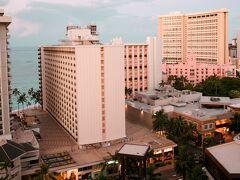 シェラトン プリンセス カイウラニ ホテル17階より   早朝のパ-シャルな海とホテル街を撮影。