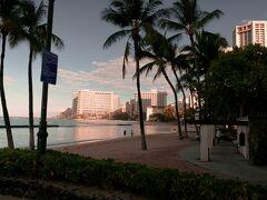 朝食後のワイキキ散歩   朝日に映えるホテル&海岸風景写真