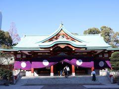 立派な本殿です。祭祀中で宮司さんが祝詞(のりと)を読まれていました。