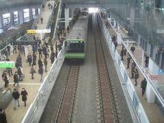 出発する山手線外回り電車 ホーム上が吹き抜けになっている駅ってあまりないからか、多くの人が上から写真を撮っていました