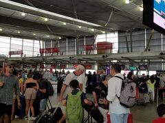 ホテルからシャトルで国内線ターミナル2に移動し、列に並んで地上係員の振り分けに従いました。スマホにEチケットがダウンロードされていない方やチェックインがされていない方は自動チェックイン機を利用する様に案内されます。チェックインカウンターで荷物を預けるとカウンターの横を通り、セキュリティに進みます。午前中はかなり混雑するので、事前にスマホ等でチェックインを済ませておくとスムーズです。