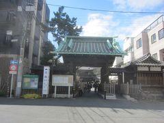 続いて泉岳寺に来ました 手前の中門を通り