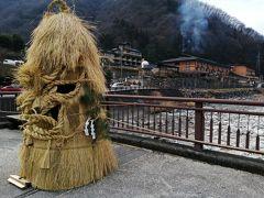 朝食後、阿知川の向こうの朝市に行きました。  橋にいるのは、湯屋守様。 温泉街の守り神だそうで、昼神温泉の旅館の玄関先にもいらっしゃいました。