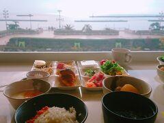 朝からお風呂に入って気持ちよく朝食を食べに行きました。 海を見ながら朝ご飯というのもよいですね。