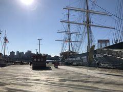 クルーズ出発時刻の20分前くらいに乗り場に到着しました。すでに10組ほど列に並び、船の到着を待っていました。