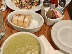 フェリーを降りた後はミッドタウンに戻り、午後から展覧会を一緒に回る予定の知人とランチタイムです。Westville Hell's Kitchenという、ベジタリアンやヴィーガン向けの食事もあるレストランがおすすめということで入りました。  今回頼んだのは、ブロッコリーのスープとバゲット、そしてチキンとグリル野菜のサラダです。スープも美味しかったですが、特にこのサラダが絶品でした。チーズの入ったソースがなんとも言えず、ここはまた必ず来ようと思いました。ここは野菜チャージ出来る場所としてもおすすめです。近くの席の人が食べていて美味しそうだったベジバーガーを、今度はトライしたいです。