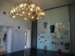 入場券売場は、お洒落な照明なんかも飾られていて新しい美術館といった雰囲気。入場料は8ユーロでした。
