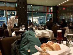 ニューヨーク最後の晩餐は、私と知人を合わせ3名で、タイムズスクエアのウルフギャング・ステーキハウスに伺いました。