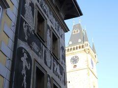 """旧市街を てくてく、、  一分の家 (ミヌタ館) 「旧市庁舎」までやって来ました、、 「一分の家 (ミヌタ館)」は現在プラハに買い取られ「旧市庁舎」の一部 『ズグラッフィト』という""""2層の漆喰の表面を掻き落として描く装飾""""がなされています、、 かつて、カフカが子供の頃住んでいた家としても有名です、、"""