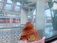 わたしの朝ごはんです。 コルネットconピスタチオクリームです。 パリッパリのクロワッサン生地がおいしい