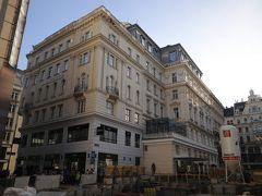 オーストリア連邦鉄道(ÖBB)は、遅れない事で有名な鉄道会社、、 オーストリア国内に入り、12:49PM定刻ぴったりに「ウィーン中央駅(Wien Hauptbahnhof)」に到着、、  右手を固定している上にスーツケース2つ持ちのkuritchi、、 迷わず、、TAXIで この日泊まる「ホテル アンバサダー(Hotel Ambassador)」へ、、 https://www.ambassador.at/ja/summary 「ホテル アンバサダー(Hotel Ambassador)」は1898年オープンのクラシカルなホテル、、 マレーネ ディートリッヒやマーク トウェインなどの有名人が滞在したという歴史あるホテルです、、  「ホテル アンバサダー」の前は工事中なので、TAXIを横付け出来ないというコメントもありますが、工事中でも「ホテルアンバサダー」の入口横に着けてくれます、、 ホテルには もう一つ出入口があり、歩行者天国のケルントナー通り(Kärntner Str)に面しています リンク内にあるので、主な観光地へも徒歩圏内、、 シュテファン大聖堂や国立オペラへは徒歩5分、、 ホーフブルグ王宮へは徒歩10分弱、、 観光はもちろん、レストランやお買い物にも絶好のロケーション♪  地下鉄最寄り駅Stephansplatz(U1・U3)まで約5分とこちらもとても便利 【主な停車駅】 U1:ウィーン中央駅 U3 : ウィーンミッテ駅(ウィーン空港行きシティエアポートトレイン・CAT乗車駅) ウィーン西駅  それでいて、ホテル料金の高いウィーンでもリーズナブルな価格♪ Wifi無料、スタッフも親切、 この後、ザルツブルグやハルシュタットへも出かけるのですが荷物預かりもOK (但し、クラシカルなホテルなので、好みは分かれるかも…)