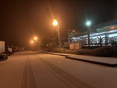 蟹を求めて、敦賀へ。 早朝からの魚市場へ……ということで、夜中車で敦賀入り。 到着し、まだ時間があったので、道の駅によりひと休憩していたら、雪が降り出したです。