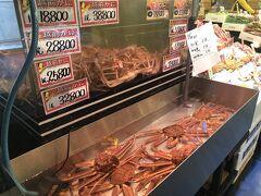 さて、日本海さかな街へ。 こちらは9時から開いている観光の市場。 蟹以外にも、様々な海産物が並んでいるです。