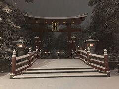 市内に到着。 と、いうわけで、越前国一宮の氣比神宮に。 夜明け前の雪降る氣比神宮の大鳥居。 この大鳥居は、空襲を免れ、「日本三大鳥居」に数えられているです。 あと、国の重要文化財に指定されているですよ。