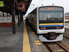 佐原を出発し、香取駅から鹿島線へ・・・ 広大な水田と長大な橋梁が連続する区間を走る。今も貨物列車が走ることもあり、線路の状態は悪くない。 少ない利用者とともに鹿島神宮駅到着。
