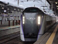 特・急・列・車だ・と??    もう我慢なりません(笑)  ワープ禁止は飯田線だけのルール。ここからは中央線。 特急あずさ10号、新宿ゆきに乗りましょう。 E353系、昨年の長野オフ会以来だな。  「急がば、特急」(笑)