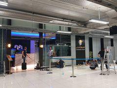出国審査を受けて、朝食を食べる為、ゲートに急ぐも、 この空港、横に長すぎる。 まぁ、DXBよりはましだけれども、どんだけ歩かされるのか・・・・。  PPで入れる「Oman Air First & Business Class Lounge」におじゃまします。