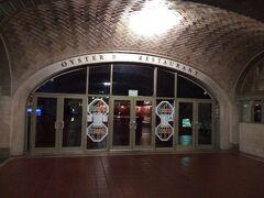 Grand Central Terminal地階にあるOyster Bar 時刻的にもオープン前ですが、それ以前に、日曜日はお休みなんです。 では何をしに来たかというと、ササヤキの届くアーチ天井の実験。