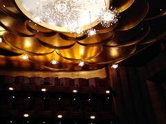 メトロポリタンオペラ歌劇場です。 秋から冬、春先までがシーズンで、メンバーになっておくと、チケットの入手も簡単です。(ドネーション(寄付)を伴うメンバーには、チケットの先行販売等々、さまざまなメリットがあります。) 住んでいた頃には、月に2回程度通っていました。といっても、お席は、絶対に手に入らない、某ボックス席から、天井桟敷、さらには、その天井桟敷の立見席まで様々な種類があるのです。今よりは若かった当時、天井桟敷(Family Circle)や、場合によっては、その立見席(Standing Room)。想像もつかない適正価格で4、5時間を楽しむことができたのです。 音響の効果は抜群(横のボックス席は、そのボックス席上の天井(上階の床)に跳ね返った音と、直接届く音とが微妙な感じになるので、個人的にはお勧めしません。)なので、あとは、米粒で満足するかどうか。それも双眼鏡を持参すれば、問題解決です。(さすがにこの年となると、立見席は肉体的につらいと思い、今回は座れる席にしましたが。) 調べてみると、今シーズンの天井桟敷立見席は20ドル~30ドルとのこと。他にもいろいろあるので、ご興味のある方はHPで見てみて下さい。 https://www.metopera.org/