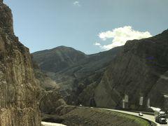 ビーバーダムを過ぎると 荒々しい岩山が迫る渓谷の道を走ります。