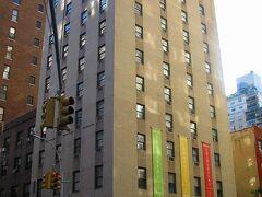 おはようございます。ニューヨーク3日目の朝です。こちらは宿泊しているホテル シーフェアラーズ インターナショナル ハウス です。施設のご紹介は別の回でします。   今日はいよいよ米倉涼子さん主演のミュージカルCHICAGOを見に行きます。夜公演なので夕方までゆっくりニューヨークを街歩きします。