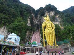 15:35 バトゥケイブ  ヒンドゥー教の聖地で、切り立った岩山には巨大鍾乳洞があります。金色の巨大像は、ヒンドゥー教の神様ムルガン像で高さ40m以上もあるそうです。