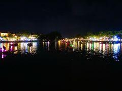 食後トゥボン川へ戻ってくると、 水面がカラフルな色を放っていました。綺麗…。