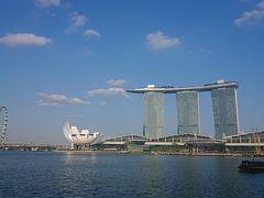 海の向こうにサンズー! かっこよかったです。 左側の蓮の花みたいに斬新な形の建物はアート・サイエンス・ミュージアム。 シンガポールはモダン建築も素敵でした(*^^*)  ▼マリーナ・ベイ・サンズ(Marina Bay Sands) 5つ星ホテル。 総合型リゾート施設。 Moshe Safdie設計。  ▼アート・サイエンス・ミュージアム(Art Science Museum) マリーナ・ベイ・サンズ内の博物館。 Moshe Safdie設計。