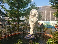 小さいマーライオン像。 マーライオン公園にはマーライオン像が2体ありますが、こっちは有名じゃない方の像です(笑) が、しかし!!! 肝心のメインのマーライオン像がどこにも見当たらなくて…。