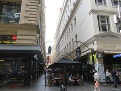 デグレーブス・ストリート。  オープンカフェが並んでいる通り。