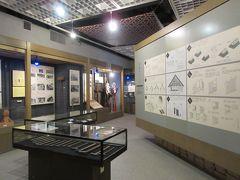 正門から入園。 本館券売所内にある展示室を見学。 古民家移築の際に使用される道具や移築の仕方などがわかる展示物が見られました。